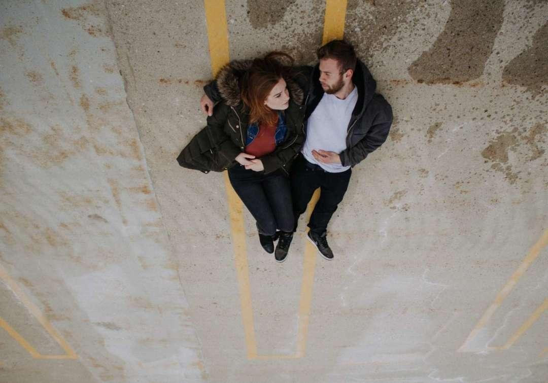 Paar liegt auf dem Boden