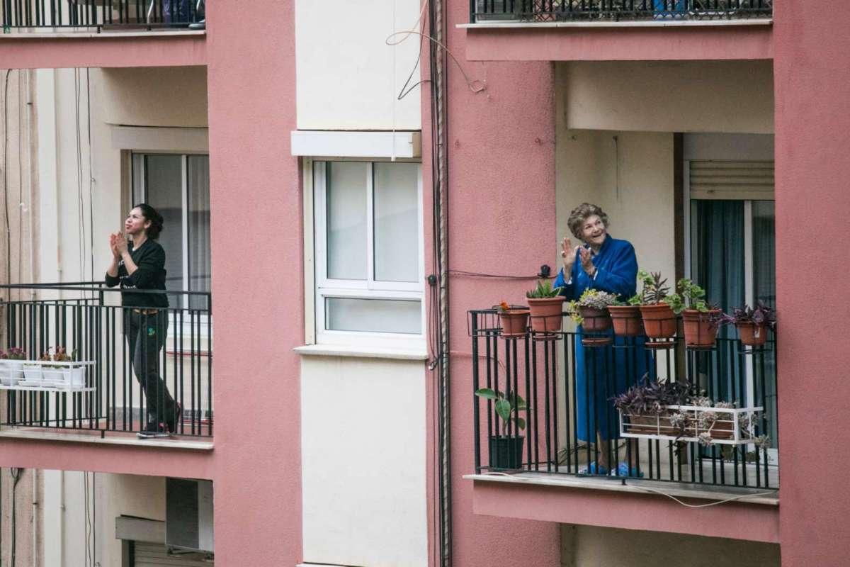 Frauen klatschen auf dem Balkon während Corona. Bild von Manuel Peris Tirado